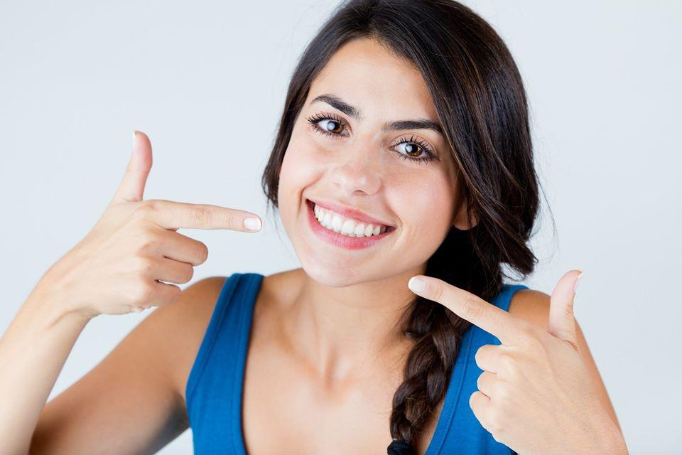 Los peligros del blanqueamiento dental casero